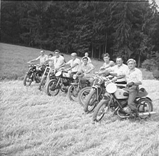 Das Foto zeigt als eigentliche Gründer des Vereins von li. hinten nach re.: Josef Wurm, Helmut Schießl, Max Helmbrecht, Ludwig Mühlbauer, Ludwig Wagner, Herbert Brunner, Wilfried Seidler